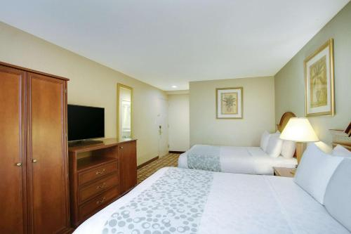A bed or beds in a room at La Quinta Inn by Wyndham Queens (New York City)