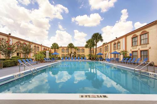 The swimming pool at or close to La Quinta Inn by Wyndham Orlando International Drive North