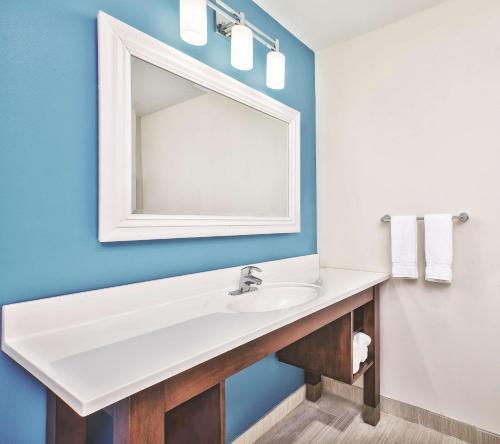 Ванная комната в La Quinta by Wyndham Niagara Falls