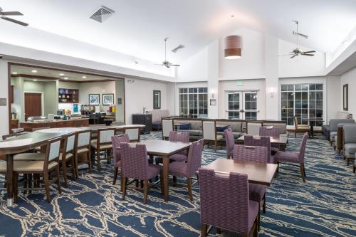 A restaurant or other place to eat at Homewood Suites by Hilton Fresno Airport/Clovis