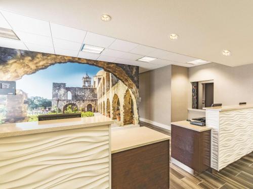 The lobby or reception area at La Quinta by Wyndham San Antonio Downtown