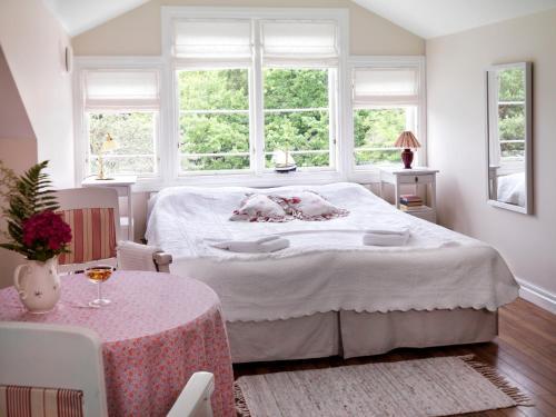 A bed or beds in a room at Pensionat Styrsö Skäret