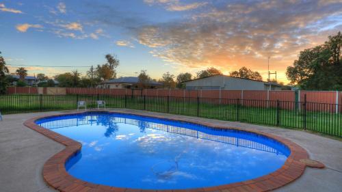 The swimming pool at or near Starline Motor Inn