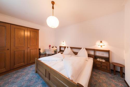 A bed or beds in a room at Ferienwohnung Webhofer