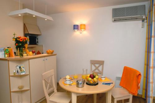 A kitchen or kitchenette at Résidence Pierre & Vacances La Promenade des Bains