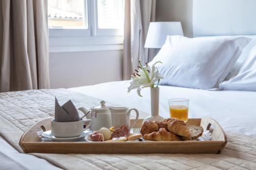 Een bed of bedden in een kamer bij Hôtel de France