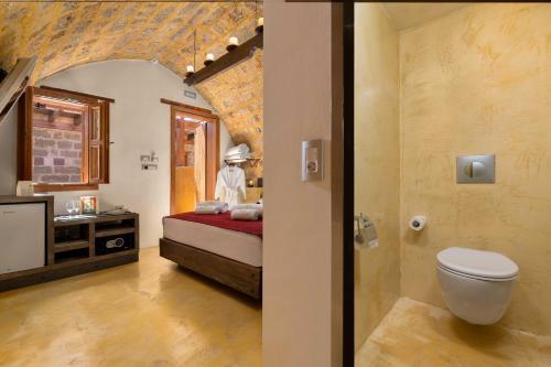 A bathroom at 10GR Hotel & Wine Bar Rhodes