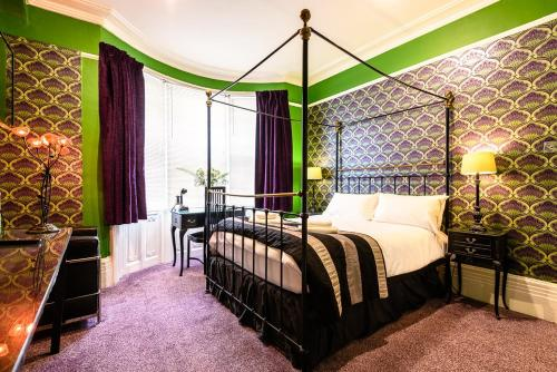 A bed or beds in a room at Paskins Town House