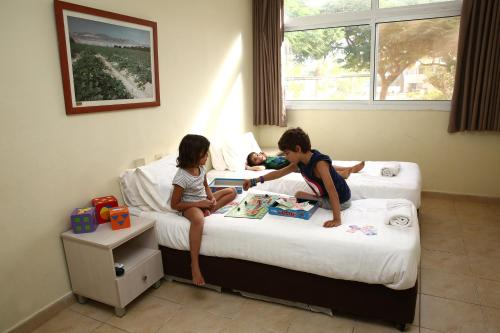 A family staying at Eilot Kibbutz Country Lodging