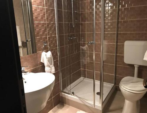 A bathroom at Europa Hotel És Étterem