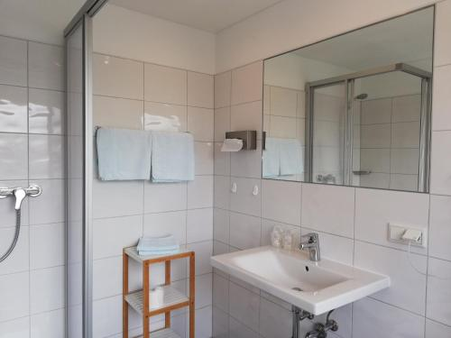 A bathroom at Hotel Minerva Garni