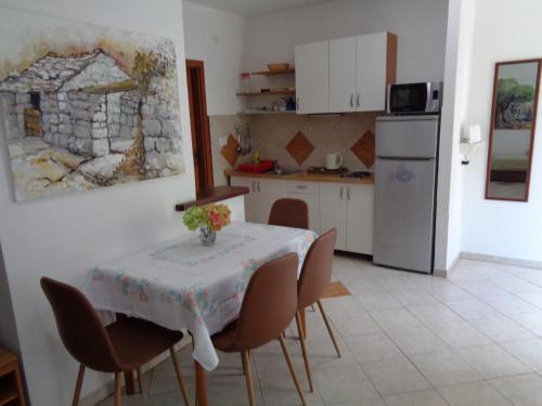 Кухня или мини-кухня в Apartments Maslina
