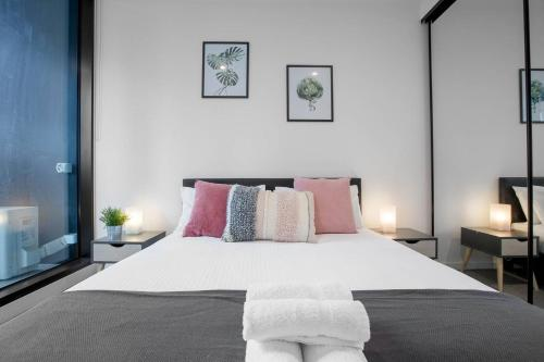 A bed or beds in a room at 91*Cozy One Bedroom Inner City Apartment
