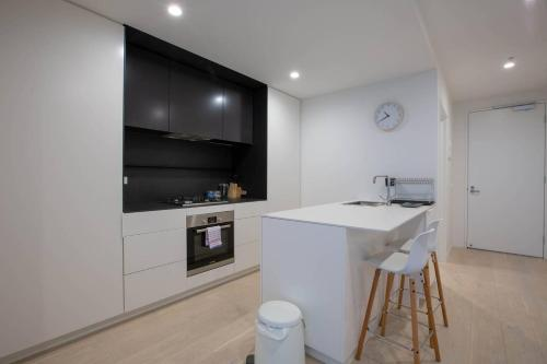 A kitchen or kitchenette at 91*Cozy One Bedroom Inner City Apartment