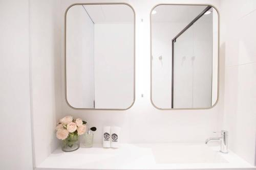 A bathroom at 26*Bleu Intense@2Bd2Bth lv43*Free tram*MelCentral
