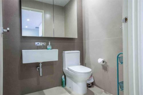 A bathroom at 40*CollinsTower*Lvl53*1bd1bth*FreeTram*Skybus*WIFI