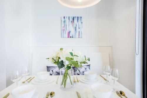 A restaurant or other place to eat at 33*Cotton Cloud*LVL48@2BR2BTH Apt*Mel Cen*freetram