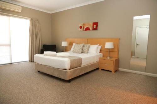 A bed or beds in a room at Centrepoint Apartments Griffith