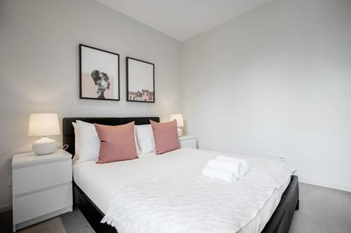 A bed or beds in a room at 67*RoseBell*Lv35@1bd1bth*Free tram*Garden