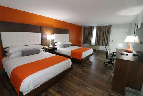 A bed or beds in a room at Howard Johnson by Wyndham Downtown Gatlinburg