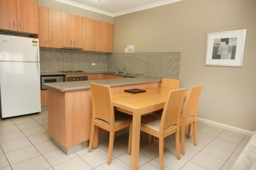 A kitchen or kitchenette at Centrepoint Apartments Griffith