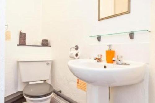 A bathroom at Lyndhurst Guest House