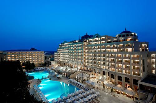 Вид на бассейн в Sol Nessebar Palace Resort & Aquapark - All inclusive или окрестностях