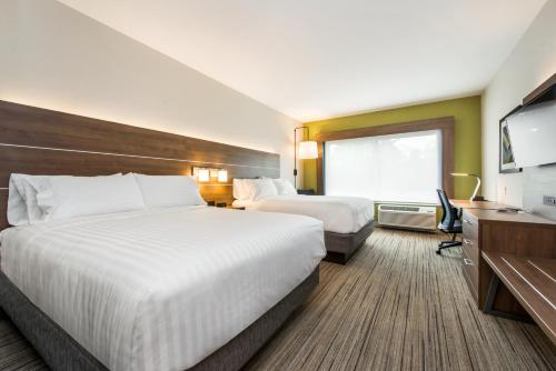 A bed or beds in a room at Holiday Inn Express & Suites - Carrollton West