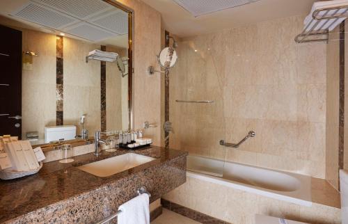 A bathroom at Frontel Al Harithia Hotel
