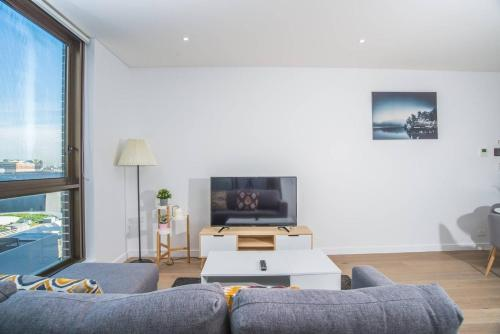 A television and/or entertainment center at Perfect location*CBD 2Bed2Bath APT*Parking*Wifi