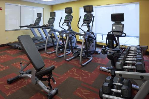 The fitness center and/or fitness facilities at Courtyard by Marriott Evansville East