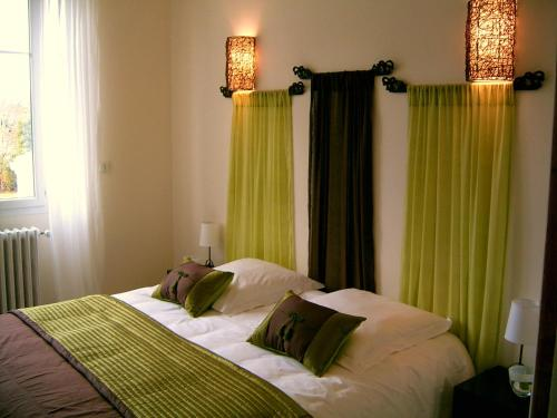A bed or beds in a room at La Villa Camille