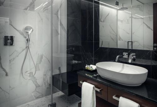 Ett badrum på Hotel KINGS COURT