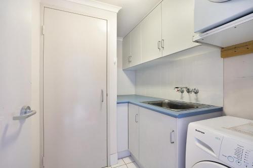 A kitchen or kitchenette at Newcastle Short Stay Apartments - Sandbar Newcastle Beach