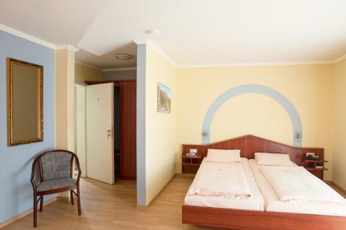 Ein Bett oder Betten in einem Zimmer der Unterkunft Land-gut-Hotel BurgBlick
