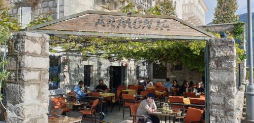 A restaurant or other place to eat at Apartmani Armonia