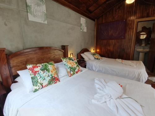 A bed or beds in a room at Camino Verde B&B Monteverde Costa Rica