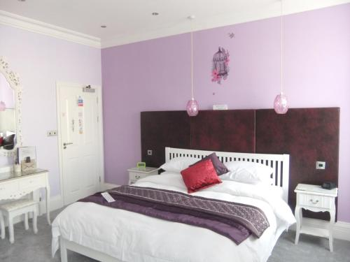 A bed or beds in a room at FourRooms