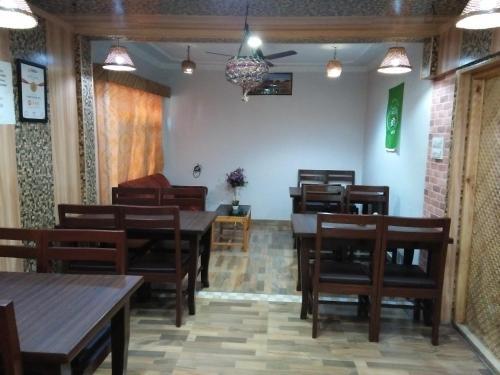 Hotel Kashmir Innにあるレストランまたは飲食店