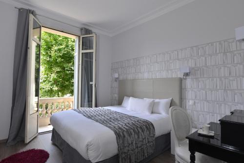 A bed or beds in a room at Hotel La Villa Nice Victor Hugo