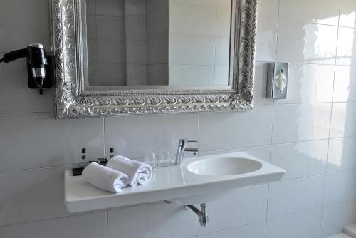 A bathroom at Hotel La Villa Nice Victor Hugo