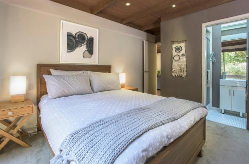 A bed or beds in a room at Fernview on Falls