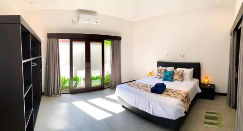 A bed or beds in a room at Residence 888 Ubud, Villa 2