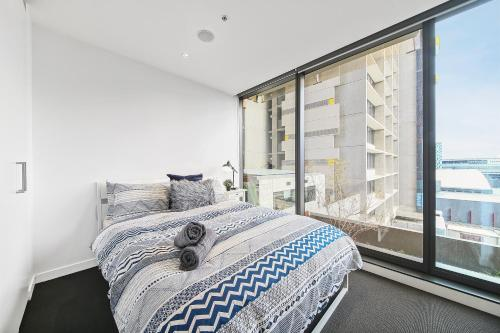 A bed or beds in a room at A Serene 2BR Suite Next to Southern Cross