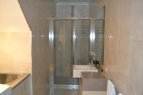 A bathroom at Cypress Drive Town House