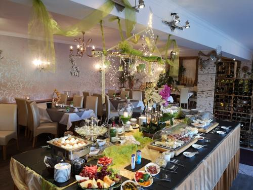 A restaurant or other place to eat at Altstadt Pension Orchidee
