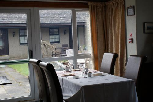 A restaurant or other place to eat at Castle Arms Hotel
