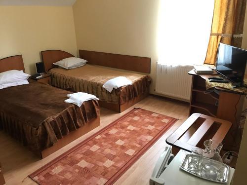 Un pat sau paturi într-o cameră la Vila Sangeorz-Bai IOANA
