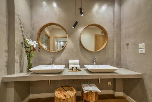 A bathroom at A.P. Acropolis View Apartments