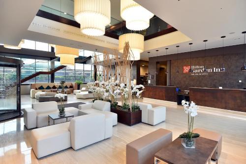 The lounge or bar area at Hilton Garden Inn Milan North